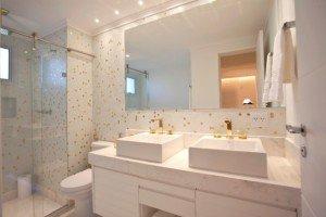 Banheiros-decorados-com-pastilhas-de-vidro-bh10