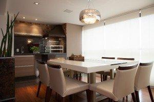 a-sala-de-jantar-assinada-pelo-arquiteto-marcos-contrera-apropria-se-do-canto-da-churrasqueira-bella-telha-cujo-nicho-e-revestido-de-granito-da-brutus-para-aquecer-o-ambiente-1366841011355_750x500